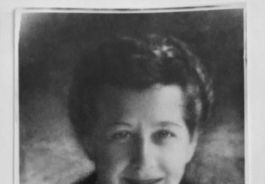 Milada Horáková byla ve vymyšleném monstrprocesu v červnu 1950 odsouzena k smrti. Bohuslavu Horákovi se podařilo uprchnout. Nejcennější věcí, kterou si s sebou odnesl, byla tato fotografie Milady