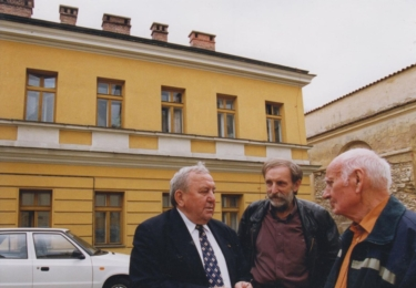 Kompletní, neoříznutá fotografie Agustina Bubníka, Jiřího Macků a JUDr Krále u ´Domečku´