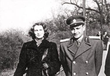 Kompletní, neoříznutá fotografie manželů Králových z padesátých let