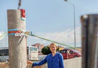 Instalace betonových plastik Josefa Zlamala