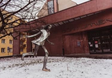 Utíkající dívka před Domem umění