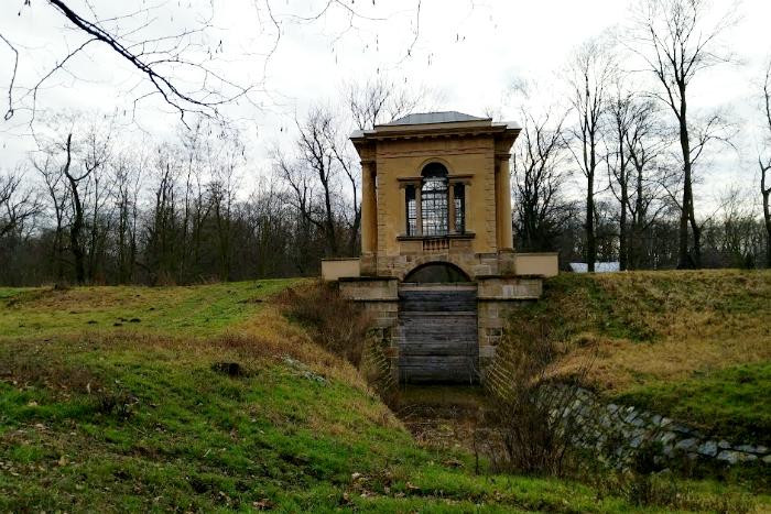 Laudonův pavilon míjíte hned na začátku parku