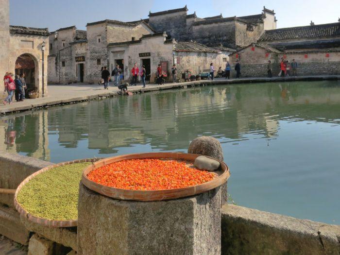 Nádrž ve tvaru měsíčního srpku ve vesnici Hongcun