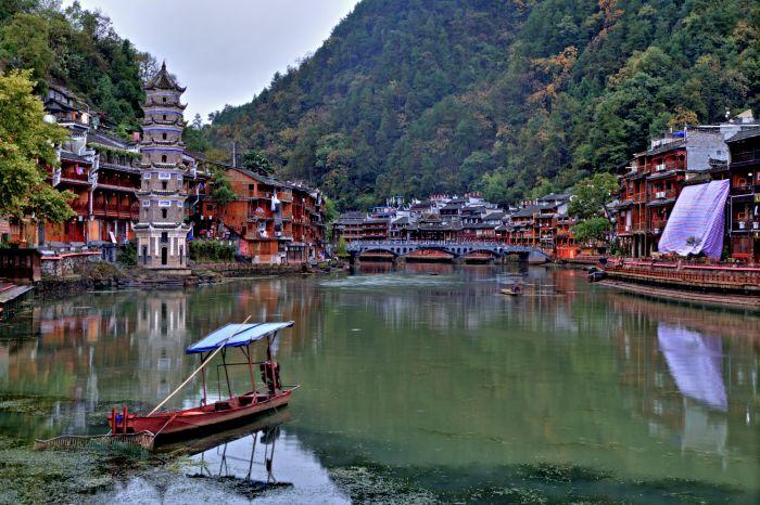Řeka Tuo Jiang s pagodou a historickými domy městečka Feng Huang
