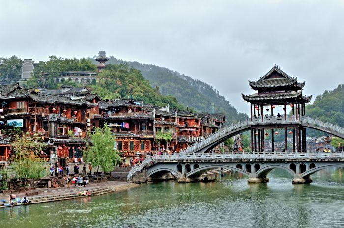 Tradičním most v městečku Feng Huang