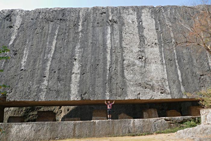 Kamenolom Yangshan - kamenný blok pro tělo stély