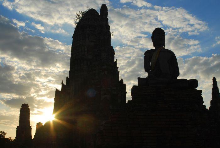 Socha Buddhy za soumraku