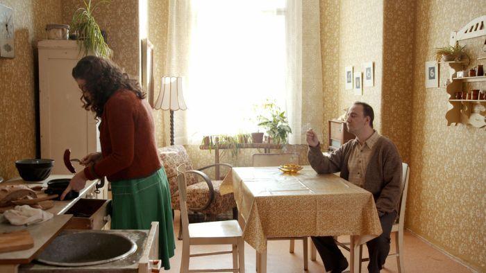 Proměna manželství po 2. světové válce. Muž a žena se stávají oficiálně rovnoprávnými partnery. Žena má volební právo, doma se ale moc nezměnilo. Muži většinou razí názor, že žena patří do kuchyně.