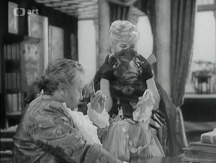 Jan Werich jako španělský místokrál v Limě a Jaroslava Adamová jako jeho milenka v televizní komedii Kočár nejsvětější svátosti