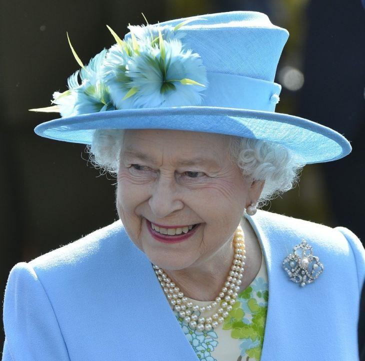 Úžasné kouzlo bledě modré dávno dobře zná i britská královna Alžběta II.