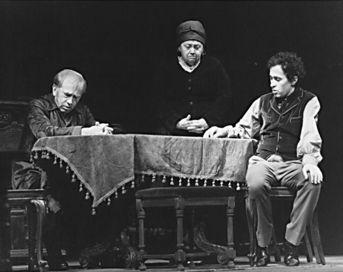V roce 1970 v Divadle na Vinohradech, s Vladimírem Šmeralem (vlevo) a Jaroslavem Kepkou v představení Měšťáci