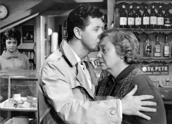 Jako Marie Kalousová s Jiřím Valou v roce 1961 v psychologickém dramatu Otakara Vávry Noční host