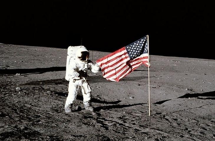Armstrongovy první kroky po povrchu Měsíce sledoval v přímém přenosu celý svět