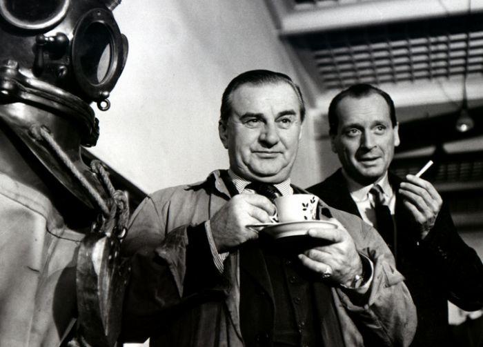 Hlídač Jan Vávra, majitel hausbótu, a vrátný Bedřich Rýdl (Svatopluk Beneš) v detektivce režiséra Vladimíra Čecha Alibi na vodě