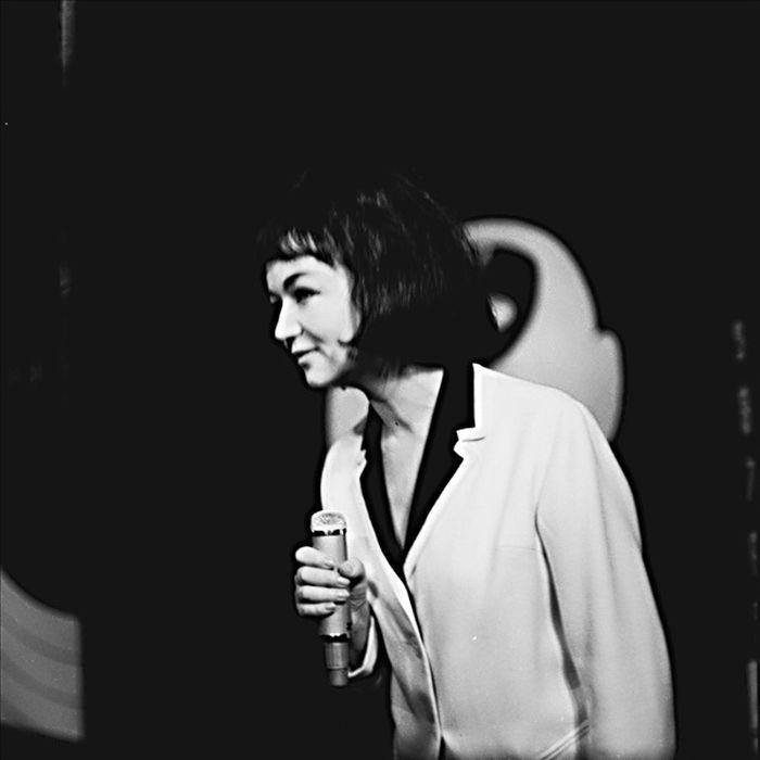 Jako zpěvačka v roce 1964 v absurdní satiře Milana Uhdeho Král – Vávra