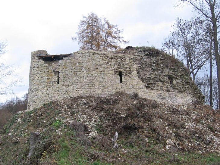 Částečně zrekonstruované západní průčelí hradního paláce