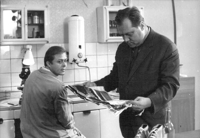 Laborant a major VB Kalaš (Rudolf Hrušínský) v kriminálce režiséra Petra Schulhoffa z roku 1969 Po stopách krve