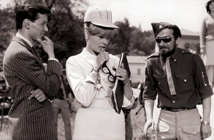 Sexy Tereza s Karlem Gottem a Waldemarem Matuškou v legendárním filmovém muzikálu Jána Roháče a Vladimíra Svitáčka Kdyby tisíc klarinetů