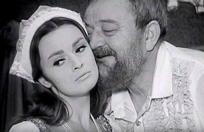 Poslední manželka Kateřina Parrová a anglický král Jindřich VIII. (Jan Werich) v historické komedii Evalda Schorma Král a žena – 1967
