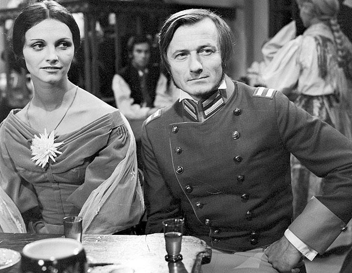 Jako Božena Němcová s manželem Josefem (Radoslav Brzobohatý) v televizní inscenaci Vlčí halíř, mapující dobu, kdy jedna z prvních českých spisovatelek pobývala na Chodsku