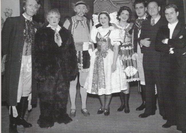 Jako principál (třetí zleva) v Prodané nevěstě v Národním divadle