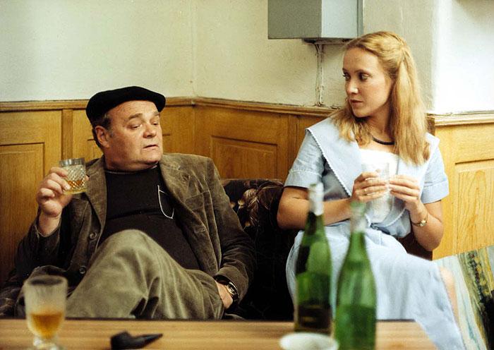 Akademický malíř Vojtěch Matějka a průvodkyně Olga v detektivce z roku 1982 Smrt talentovaného ševce, ze série s populárním vyšetřovatelem kapitánem Exnerem v podání Jiřího Kodeta