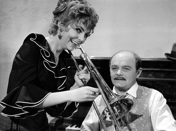 Muzikant Rudi Doležal a zpěvačka Alice (Hana Zagorová) v kriminálním dramatu režiséra Karla Steklého z roku 1972 Lupič Legenda