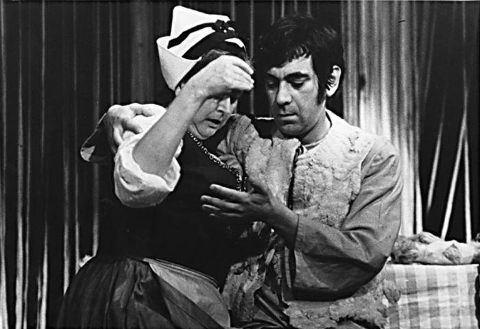 Štefko a Zuza Javorová (Helena Bártlová) v klasické komedii Jozefa Gregora Tajovského Ženský zákon – Činoherní klub 1976