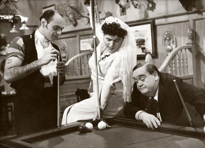 Svatební host Bedřich (vpravo) v komedii Hostinec U kamenného stolu