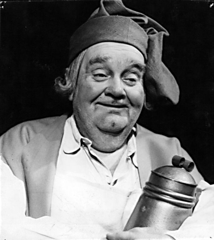 Hostinský v komické operetě Veselé paničky windsorské, v karlínském divadle v roce 1956