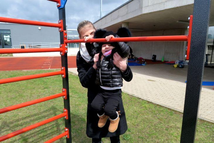 Jedenapůlletá Elinka a její první seznámení s hrazdou. Samozřejmě za asistence maminky Ivany