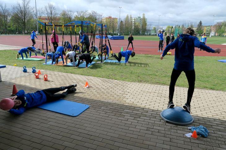 sportovní pomůcky pro samostatná cvičení. Ty lze použít i v tělocvičnách, takže se tím pádem přeměňují ve streetworkoutová centra