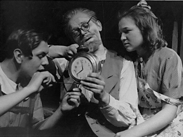 Doktor Kolokolčikov (uprostřed) v dramatizaci povídky Arkadije Gajdara Timur a jeho parta – Divadlo mladých pionýrů 1946