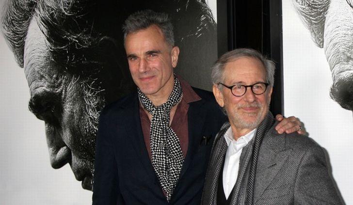 Daniel Day-Lewis s režisérem Stevenem Spielbergem při přebírání třetího Oscara za ztvárnění prezidenta Lincolna. Prvního dostal v roce 1989 za svůj výkon ve filmu Moje levá noha a druhého o devět let později za western Až na krev.