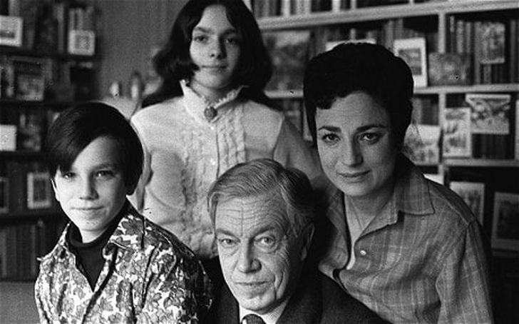S rodiči a sestrou Tamasin v roce 1969