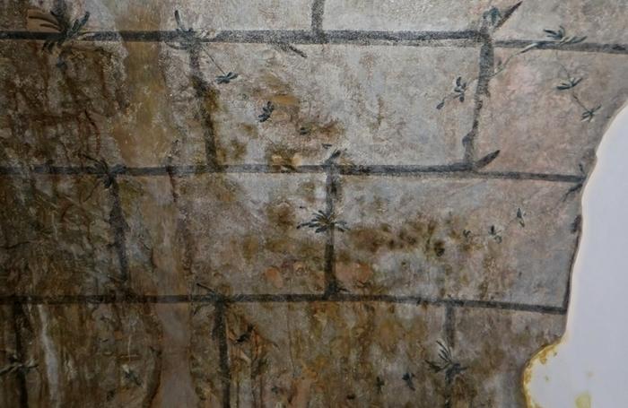 Detail poničené fresky