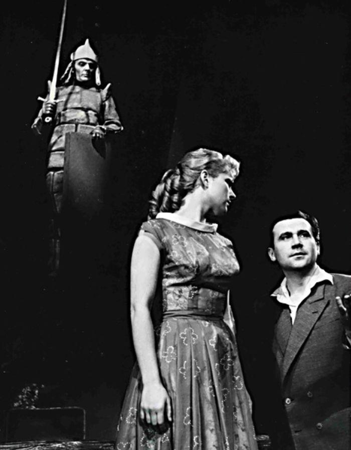 S Libuší Pospíšilovou v zamilované komedii Oty Šafránka Pohádka z Kampy – Ústřední divadlo československé armády Praha (později Divadlo na Vinohradech) v roce 1957