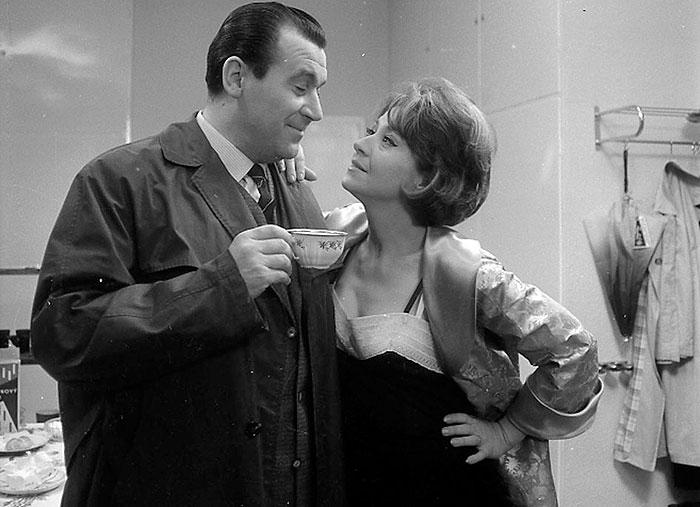 Miloš a jeho sexy žena Blažena (Karolína Slunéčková) v nestárnoucí komedii Zdeňka Podskalského Ženu ani květinou neuhodíš