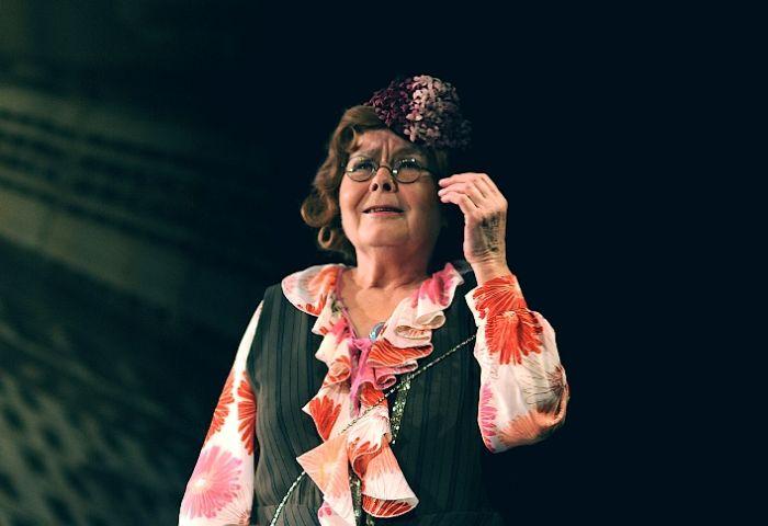 Jako Carmen Caravellová v roce 2009 v dramatizaci slavného humoristického románu Leonarda Q. Rosse Pan Kaplan má třídu rád