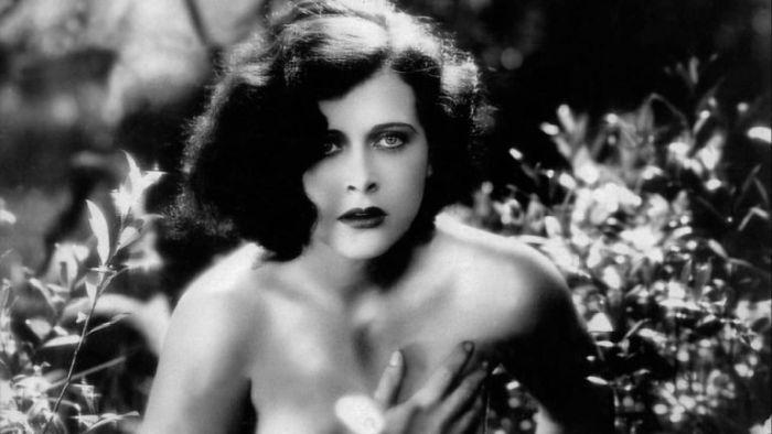 Gustav Machatý způsobil filmem Extase v roce 1932 poprask. Přitom vášeň se zde zračila především v tváři herečky Hedy Lamarr, nahoty, natož erotiky, bylo ve filmu velmi střídmě.