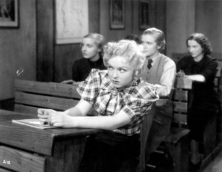 Ve študácké komedii z roku 1936 Sextánka