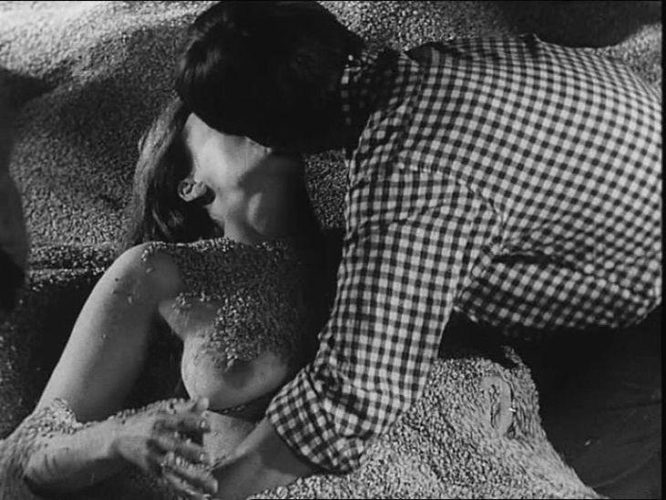 Odvážný záběr z psychologického dramatu Den sedmý, osmá noc, který natočil v roce 1969 režisérský tandem Evald Schorm a Jan Kačer