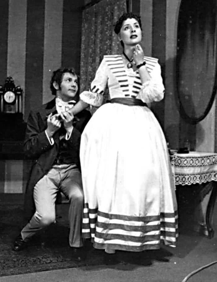 Julinka a Bělogubov (Zdeněk Kampf) v komedii A. N. Ostrovského Výnosné místo – Státní divadlo Brno 1951