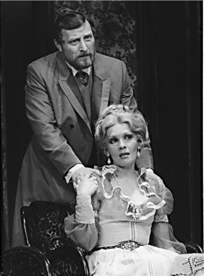 Baronet Robert Chiltern a Lady Chilternová (Jana Šulcová) v nestárnoucí komedii Oscara Wilde Ideální manžel – Divadlo ABC Praha 1986