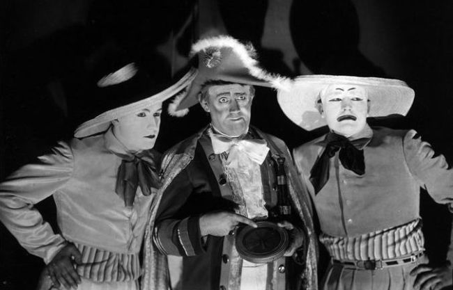 Jiří Voskovec, Ferenc Futurista a Jan Werich v roce 1930 v představení Osvobozeného divadla Ostrov Dynamit