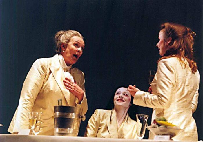 V roce 2004 na jevišti pražského Stavovského divadla, v tragikomedii Caryl Churchill Prvotřídní ženy