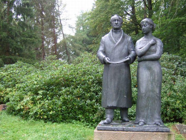 Johann Wolfgang Goethe a jeho Ulrike – sousoší najdete nedaleko mariánskolázeňského Lesního pramene