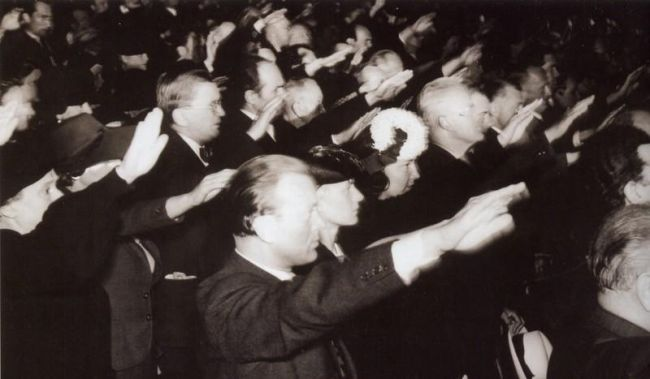 Na povinné manifestaci v Národním divadle 24. června 1942, na níž museli umělci odsoudit atentát na Heydricha. Za neúčast hrozila smrt.