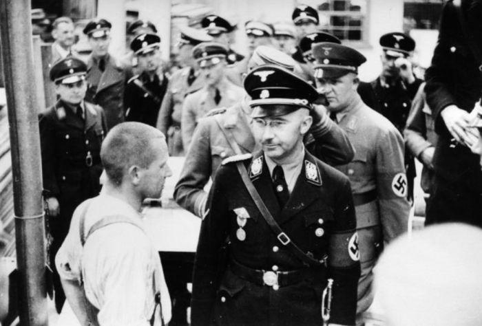 Říšský ministr vnitra a organizátor hromadného vyvražďování Židů Heinrich Himmler v uniformě od Bosse při návštěvě koncentračního tábora Dachau