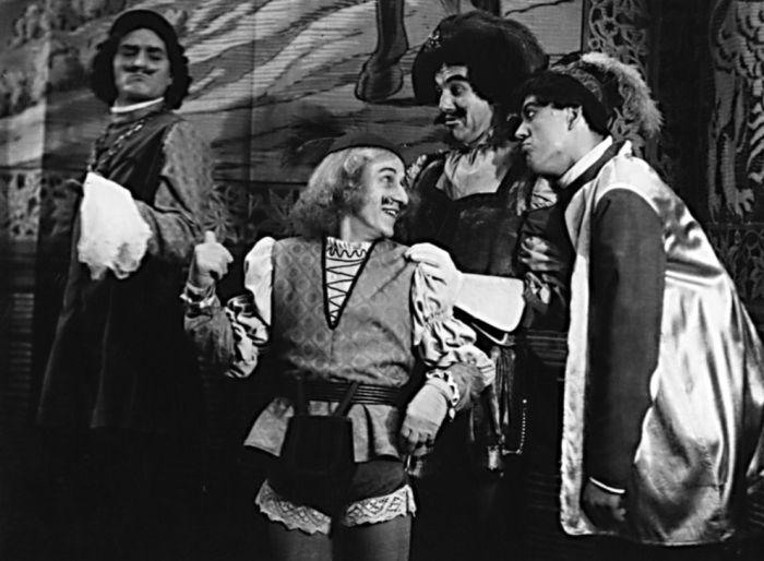 Jako Ondřej Třesořitka (uprostřed) v Shakespearově sváteční komedii Večer tříkrálový aneb Cokoli chcete – Krajské oblastní divadlo Karlovy Vary 1952